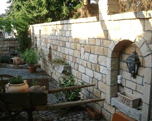 Sandsteinmauer im Garten